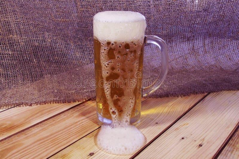 Becher mit Bier lizenzfreie stockfotos