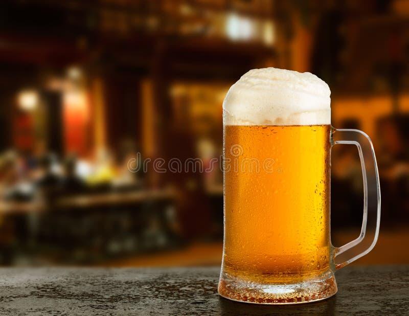 Becher mit Bier stockfotografie