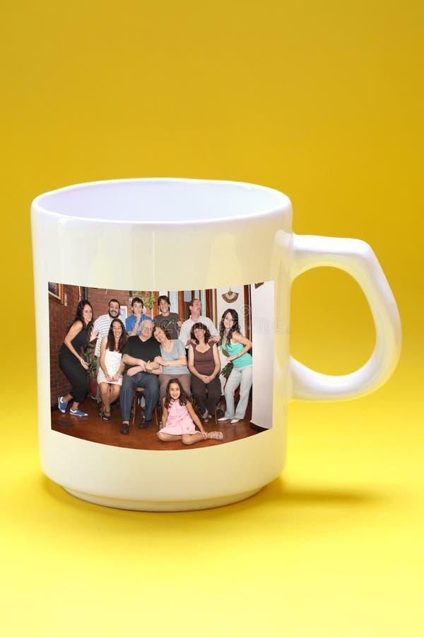 Becher mit Familienfoto lizenzfreie stockfotografie