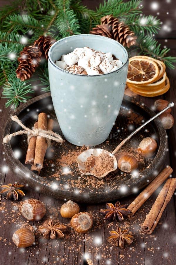 Becher mit heißer Schokolade lizenzfreie stockbilder