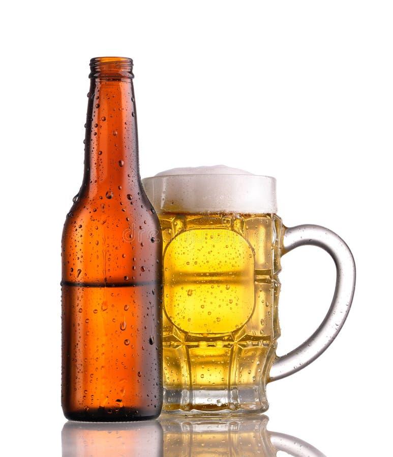 Download Becher und Flasche Bier stockfoto. Bild von tropfen, gold - 9079438