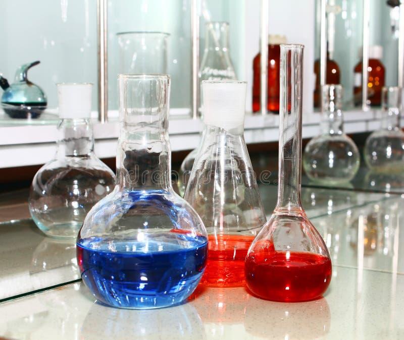 Bechers de laboratoire avec le liquide coloré photo stock