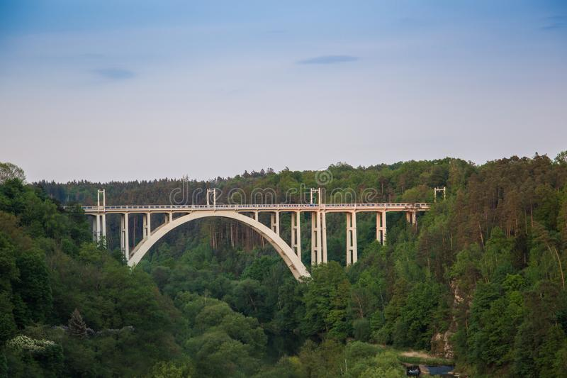 Bechynebrug Duha over Luznice-rivier Tsjechische Republiek stock foto's