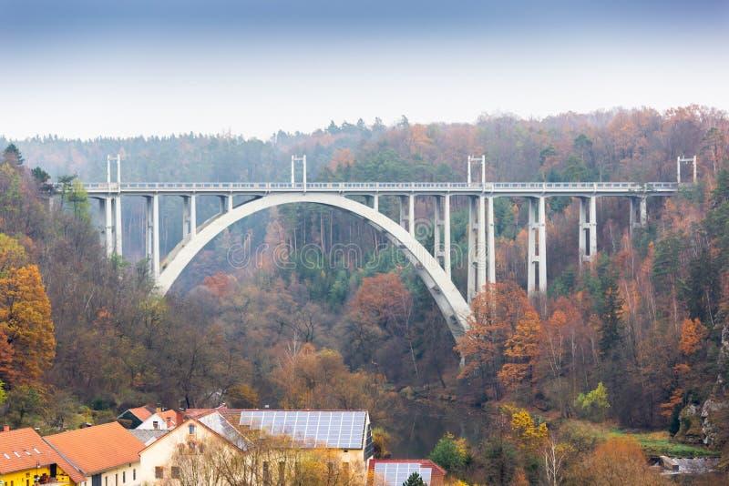 Bechynebrug over Luznice-rivier Tsjechische Republiek stock fotografie