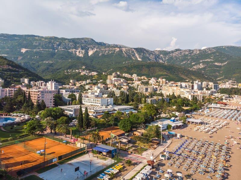 Becici Montenegro - Juni 11 2019 Sikt av hotell i populär semesterortby av Becici royaltyfria foton