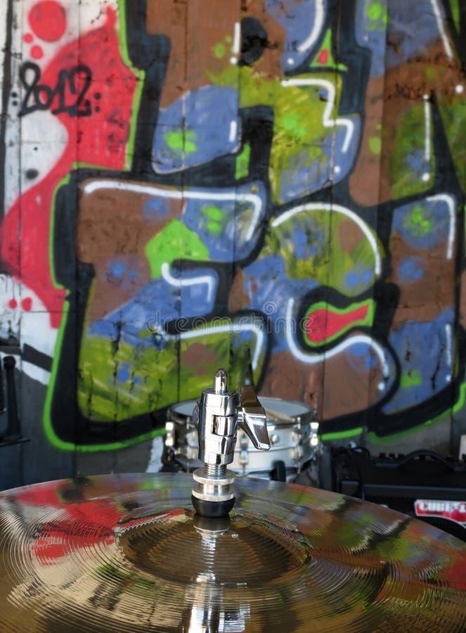 Becken mit Graffitireflexion lizenzfreies stockfoto