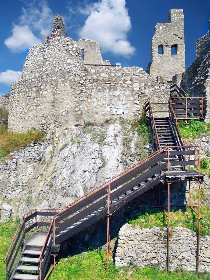 Beckov城堡-与台阶的内部 免版税库存图片