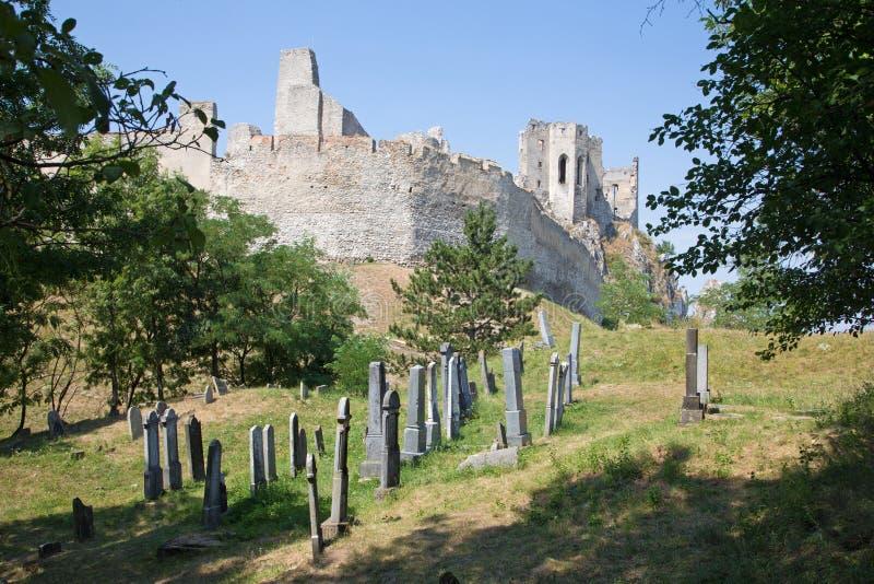 Beckov - cemitério judaico velho sob o castelo imagem de stock