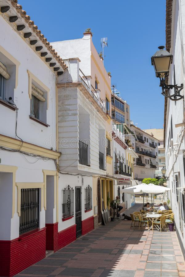 beco com edifícios residenciais e bar Fuengirola Espanha fotografia de stock royalty free