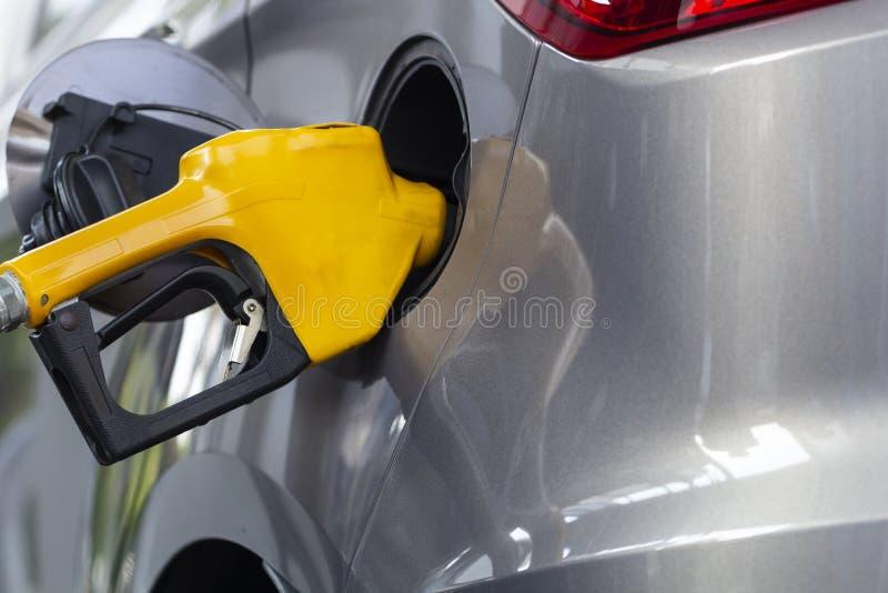 Becs remplissants de pompe à essence d'huile dans le service de station service photos libres de droits