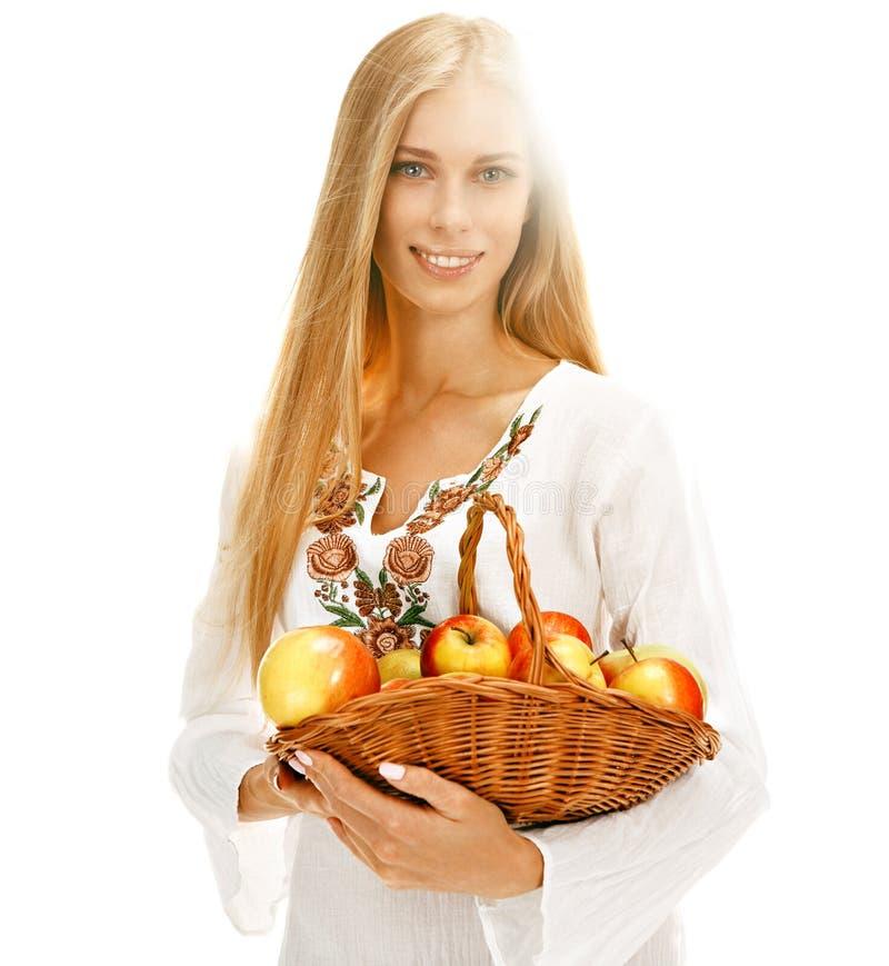 Bedårande kvinna med mogna äpplen arkivfoto