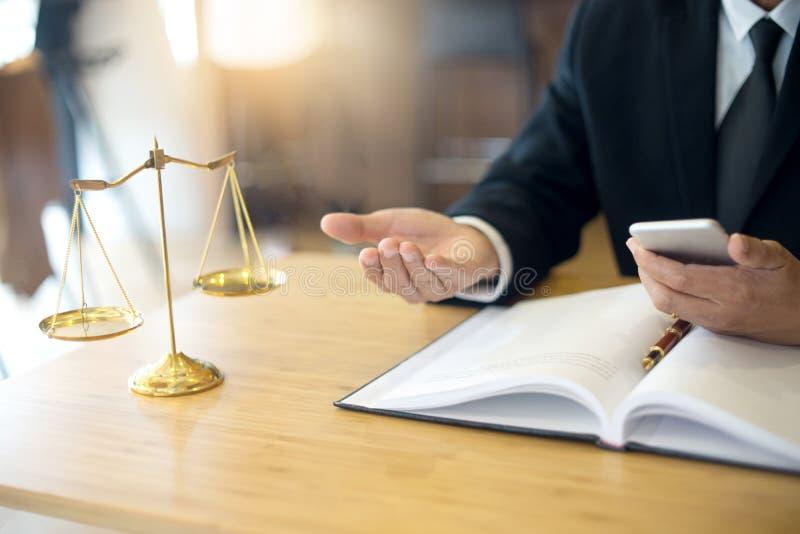 Bedöma advokatauktionsklubban med mutapengar i advokatbyrå arkivbilder