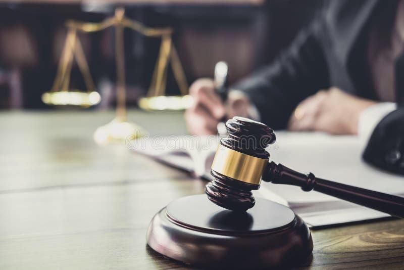Bedöma auktionsklubban med rättvisaadvokater, auktionsklubba på trätabellen och lägerledare- eller manadvokaten som arbetar på do royaltyfri foto