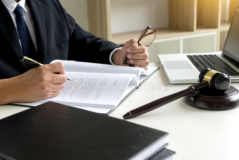 Bedöma auktionsklubban med rättvisaadvokater målsägare eller svarandemöte arkivfoto