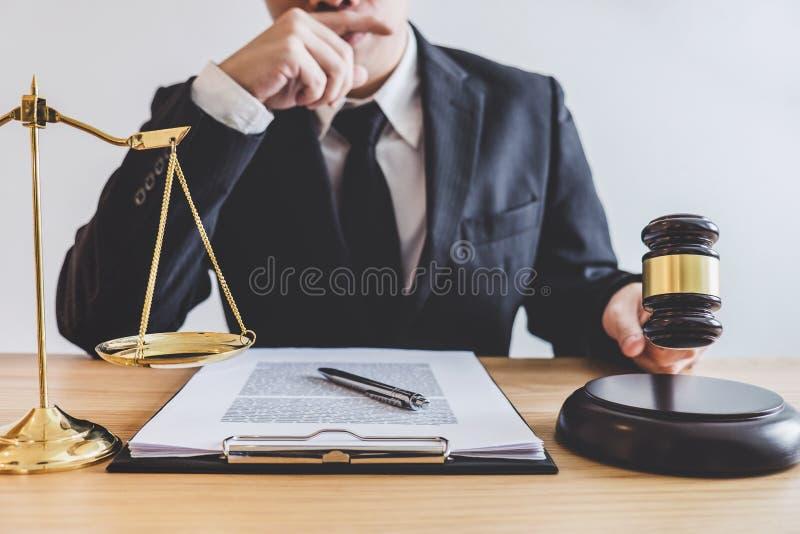 Bedöma auktionsklubban med våg av rättvisa, yrkesmässiga manliga advokater eller royaltyfri bild