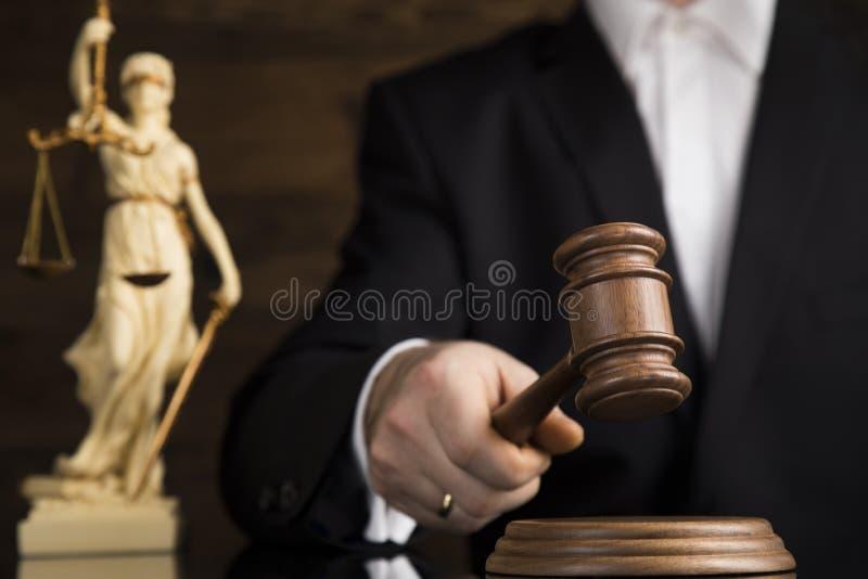 Bedöma den manliga domaren i en rättssal som slår auktionsklubban royaltyfria bilder