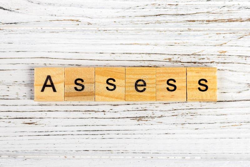 BEDÖMA ordet som göras med träkvarterbegrepp arkivbild