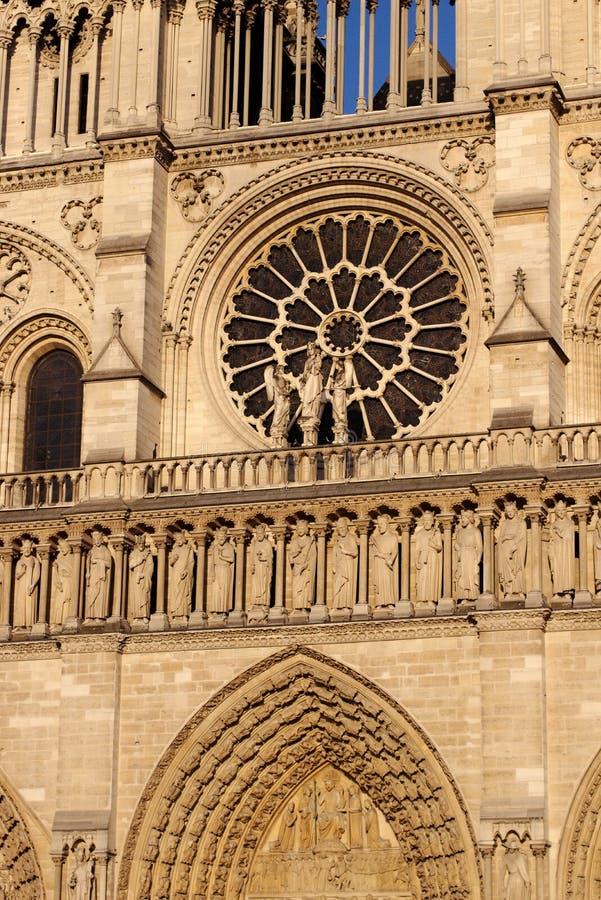 Bedömning för Notre Dame Cathedral central portal för västra fasad sista av vår dam av Paris, Frankrike royaltyfri fotografi