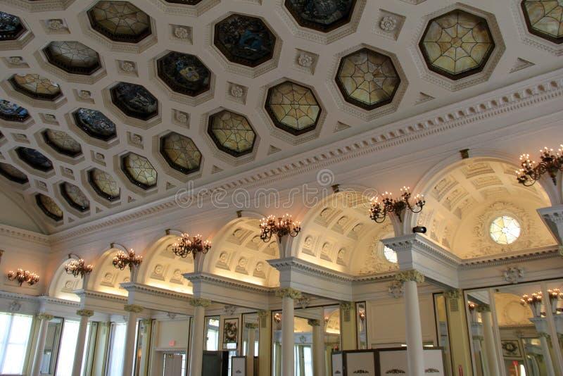 Bedöva arkitektur av innerväggar och taket av den historiska balsalen, Canfield kasino, Saratoga, NY, 2016 arkivbild