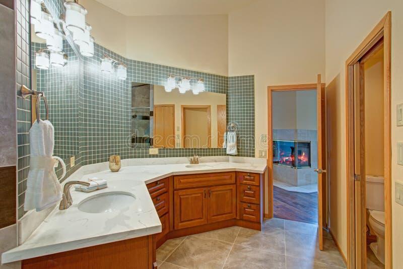 Bedöva badrummet med en dubbel fåfänga med marmoröverkanten royaltyfria foton