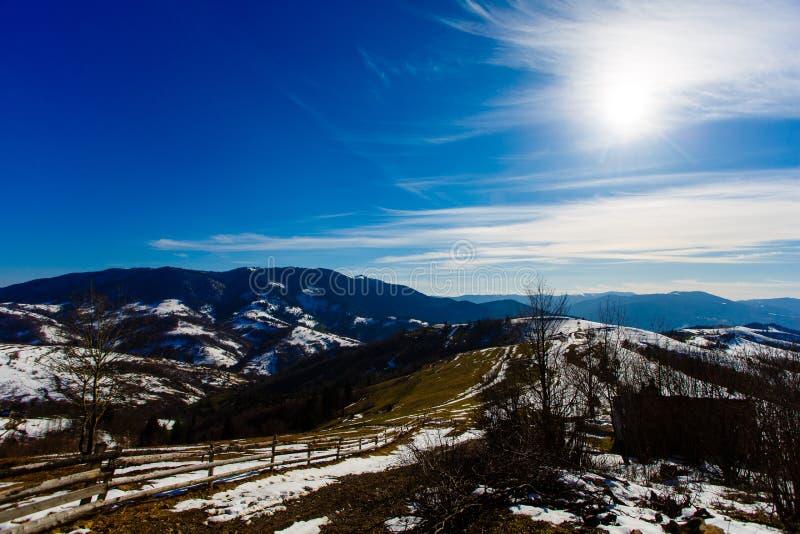 Bedöva blå himmel ovanför berg Underbart vårlandskap fotografering för bildbyråer