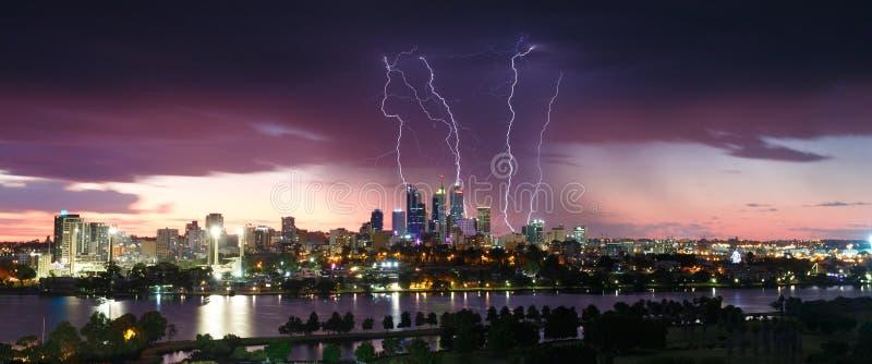 Bedöva blixtslag över den Perth stadshorisonten fotografering för bildbyråer