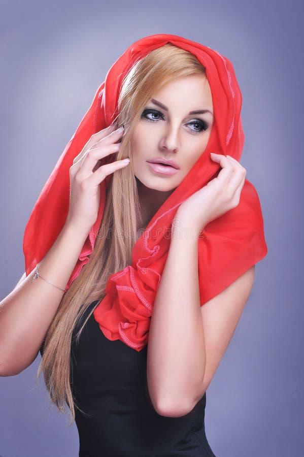 Bedöva blond skönhet som ha på sig tappningklänningen royaltyfria foton