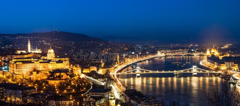 Bedöva Budapest, panorama med den Buda slotten, fotografering för bildbyråer