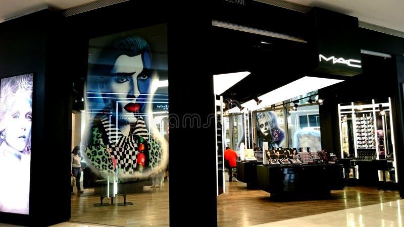 Bedöva chic stor MAC-makeup lagra den Kuala Lumpur turistshoppinggallerian royaltyfria foton