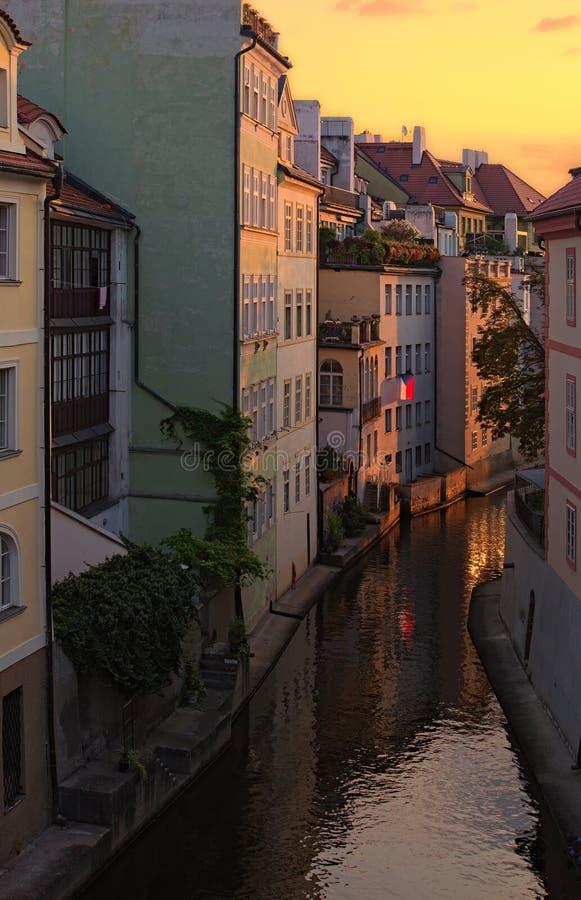 Bedöva cityscape av den Kampa ön med den Certovka floden i gamla Prague under sommarsoluppgång Prague tjeckisk republik arkivbilder