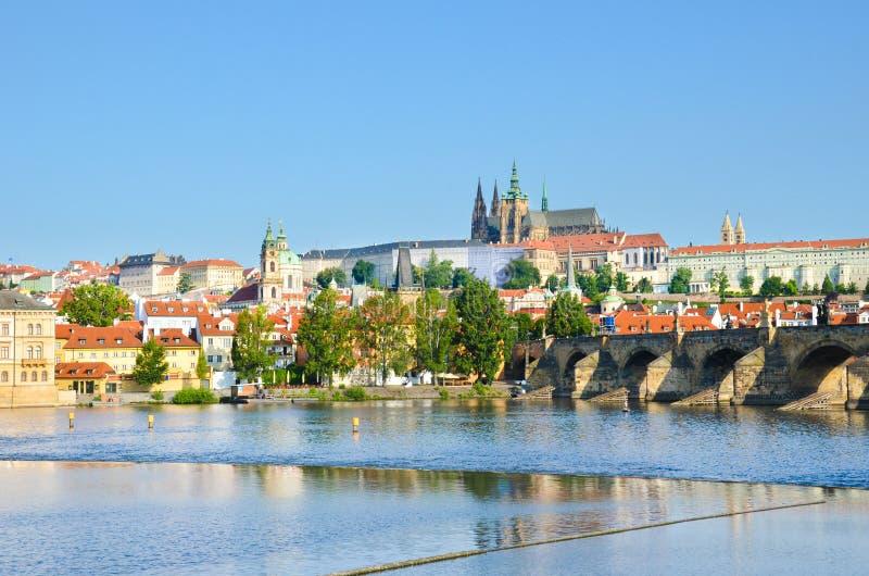 Bedöva cityscape av Prague, Bohemia, Tjeckien som fotograferas med den framträdande Prague slotten, och Charles Bridge Det h?rlig arkivbild