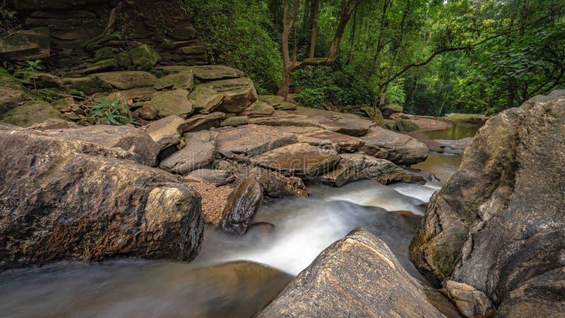 Bedöva Cliff Creek Rock Waterfall arkivbilder