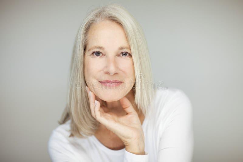 Bedöva den härliga och självsäkra bästa åldriga kvinnan med grått hår royaltyfri fotografi