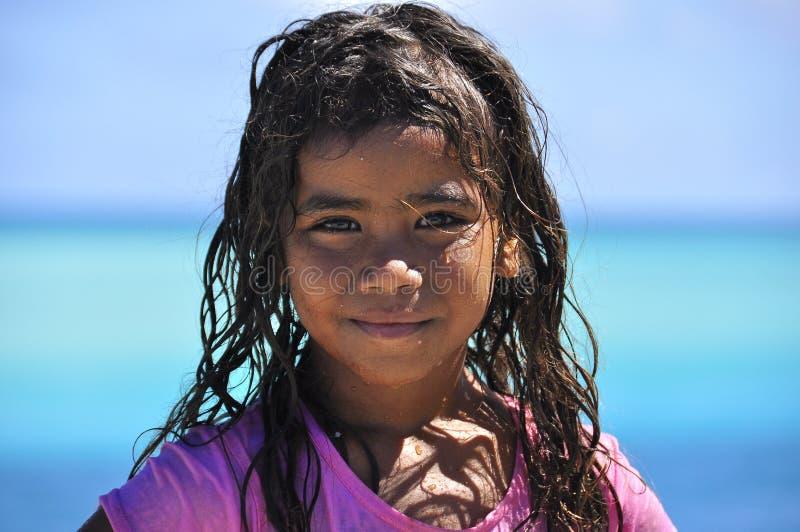 Bedöva den lilla Kanak aborigenflickan i den Ouvea ön, Nya Kaledonien royaltyfri foto