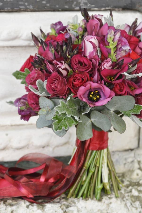 Bedöva den röda brud- buketten br?llop f?r brudceremoniblomma royaltyfri fotografi
