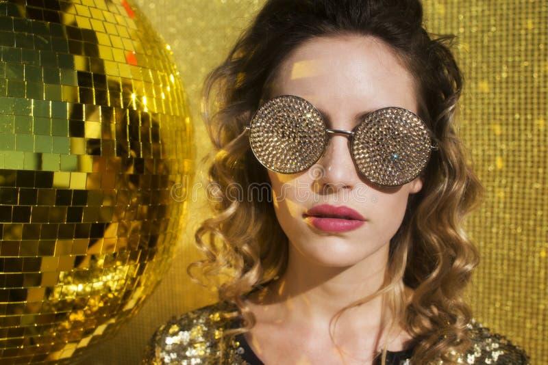 Bedöva den sexiga discoballhuvudkvinnan arkivbild