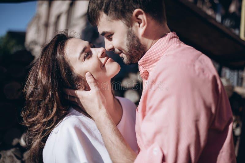 Bedöva den sinnliga utomhus- ståenden av ungt stilfullt mode koppla ihop förälskat Kvinnan och mannen omfamnar och önskar att kys royaltyfria foton