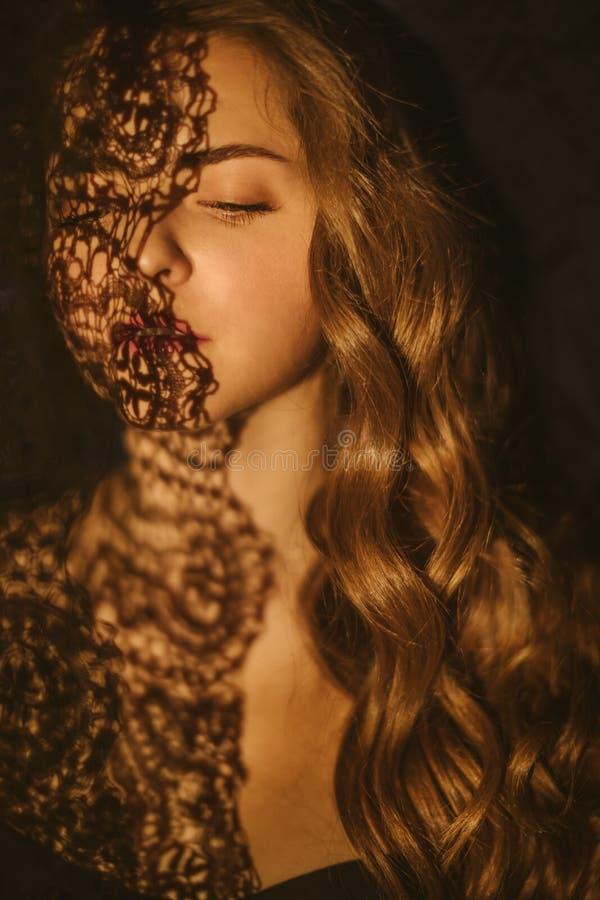 Bedöva den slaviska kvinnan för skönhet sunt l?ngt f?r h?r Emotionell psykologisk stående av youndkvinnan st?ngda ?gon romantiker royaltyfri foto
