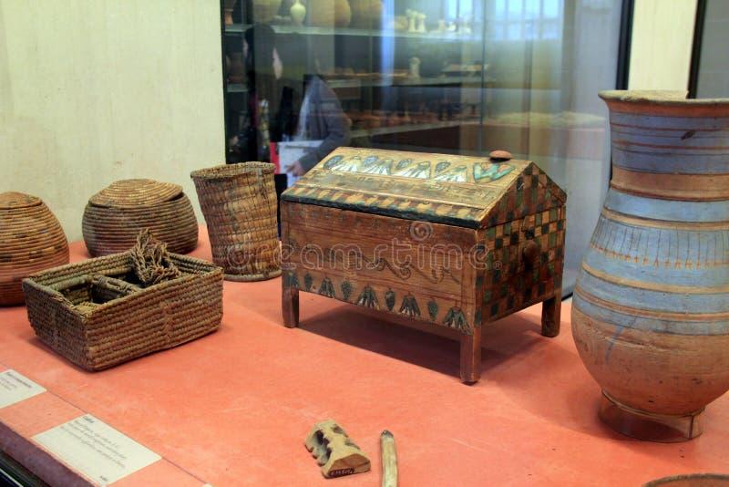 Bedöva detaljen av egyptiska kulturföremål på skärm, Louvre, Paris, Frankrike, 2016 arkivbild