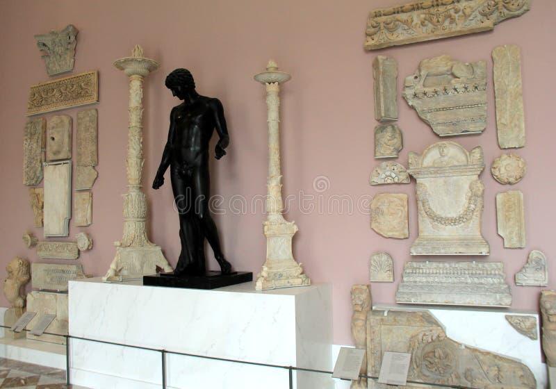 Bedöva detaljen av grekiska kulturföremål på skärm, Louvre, Paris, Frankrike, 2016 arkivfoto