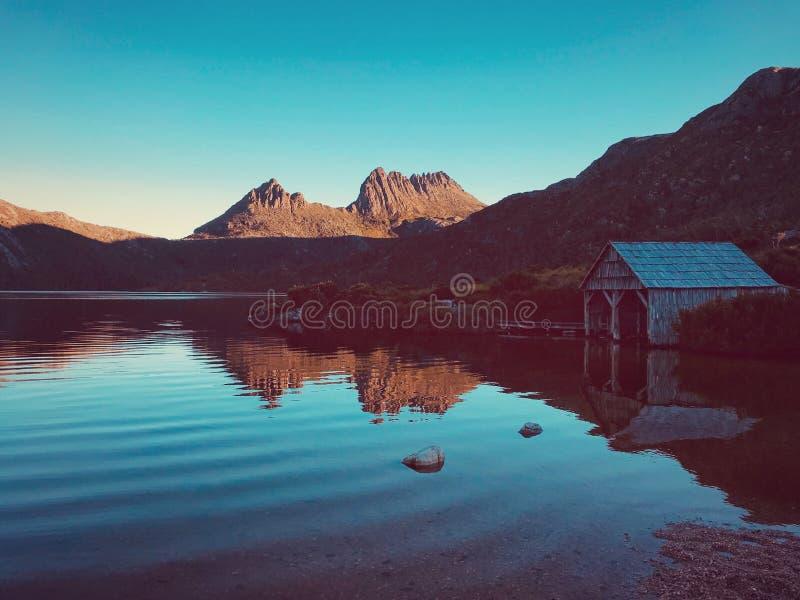 Bedöva duva sjön och vaggaberget arkivfoton