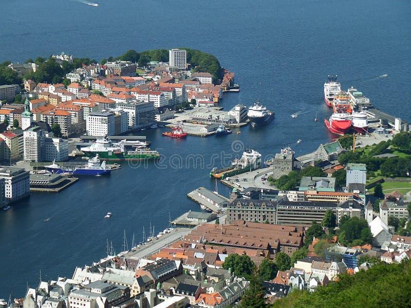 Bedöva flyg- sikt av Bergen& x27; s-hamn och centret av Bergen, Norge royaltyfri foto
