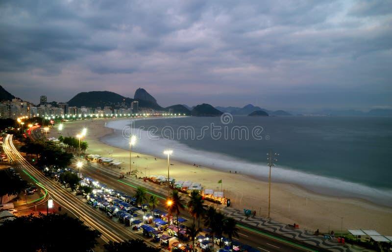 Bedöva flyg- sikt av det Copacabana strand- och Sugar Loaf berget på skymning, Rio de Janeiro, Brasilien, Sydamerika arkivbilder