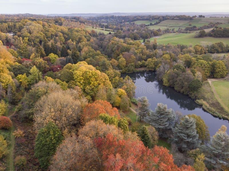 Bedöva flyg- surrlandskapbild av att bedöva färgrikt vibrerande Autumn Fall English bygdlandskap royaltyfria foton