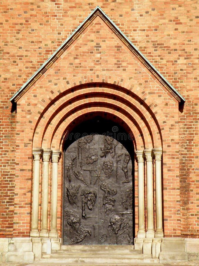 Bedöva Front Gate av den Roskilde domkyrkan i solljus, historiskt ställe i Roskilde, Själland ö, Danmark royaltyfria foton