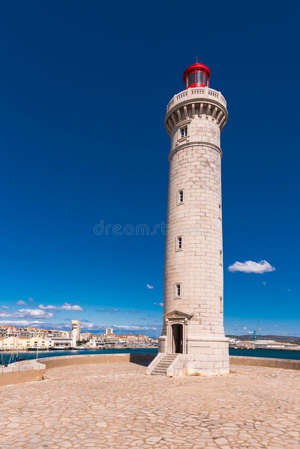 Bedöva hamnen av Sete med fyren i söderna av Frankrike nära det medelhavs- Kopiera utrymme för text vertikalt arkivfoton