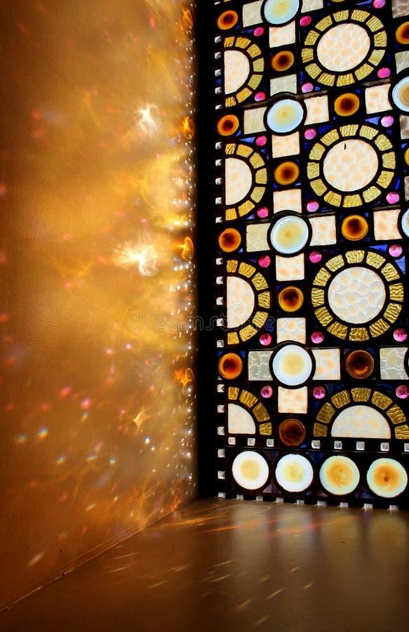 Bedöva hantverk i målat glassfönster med solljus som igenom strömmar, domkyrkabasilika, St Louis, 2019 royaltyfri foto