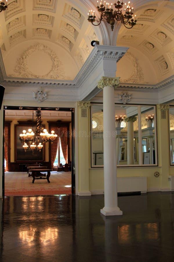 Bedöva inre av den populära dragningen, den historiska balsalen, Canfield kasino, Saratoga Springs, NY, 2016 royaltyfri bild
