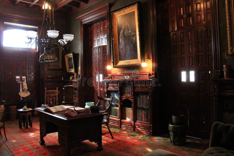 Bedöva inre med mörka möblemang och väggar, historiska Richardson Bates House Museum, Oswego, New York, 2016 royaltyfri fotografi