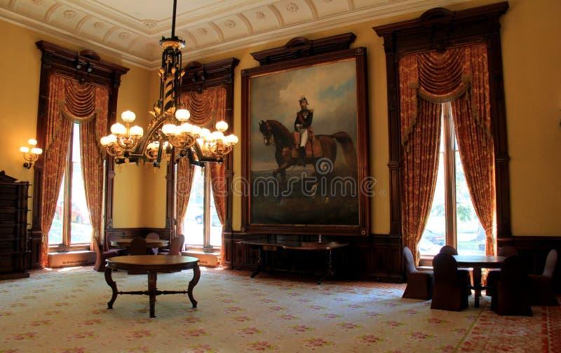 Bedöva inre, med stycken av möblemang, stående och skurkrollljuskronor, balsal, Canfield kasino, Saratoga Springs, NY, 2016 royaltyfri fotografi
